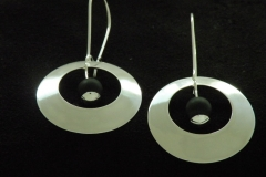 13015 Kuutamo -korvakoru pyöreä_8 mm onyx